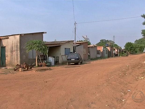 Noventa famílias vivem em área de risco às margens de rodovia em MT (Foto: Reprodução/TVCA)