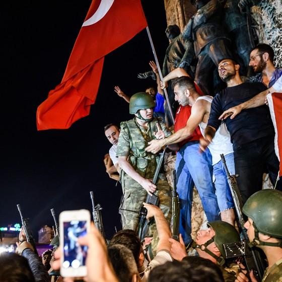 Turcos protestam contra o a tentativa de golpe militar na Turquia (Foto: OZAN KOSE / AFP)