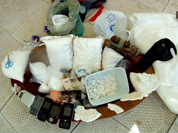 Na casa foram encontradas drogas como maconha e crack e outra substância que a polícia acredita ser pasta base para produção de cocaína. (Foto: TV Verdes Mares/Reprodução)