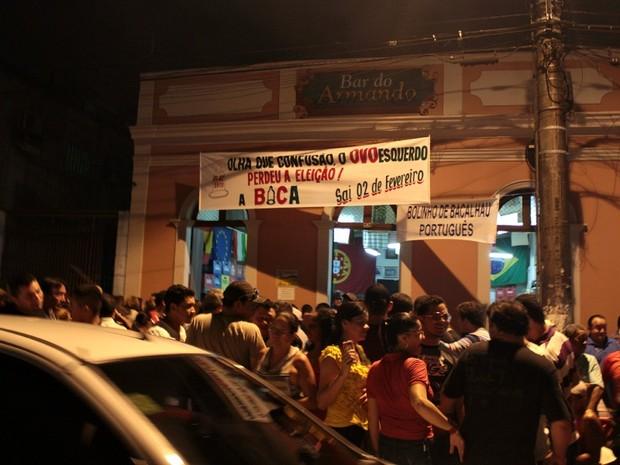Lançamento da marchinha da 'Banda da Bica' aconteceu nesta quinta (10) no Bar do Armando, Centro de Manaus (Foto: Marcos Dantas/G1 AM)