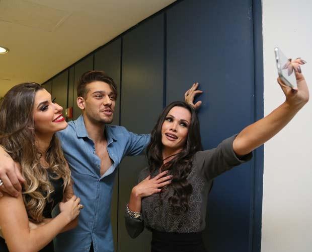Só na selfie! Fernanda D´avila registra momento com Lucas Lucco e Ana Paula (Foto: Carol Caminha/Gshow)