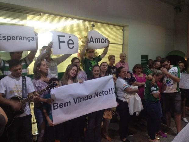 Familiares e torcedores aguardam chegada de Neto ao hospital (Foto: Murilo Souza/RBS TV)