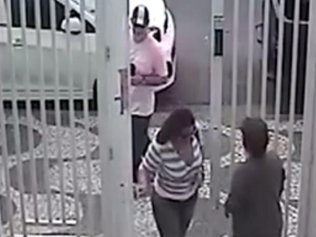 Casal aproveitou que moradora saia do prédio para invadir o local (Foto: Reprodução / TV Tribuna)