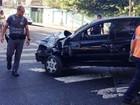 Motorista avança semáforo vermelho, bate em viatura e destrói vitrine de loja