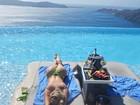 Bárbara Evans posta foto de biquininho fazendo topless
