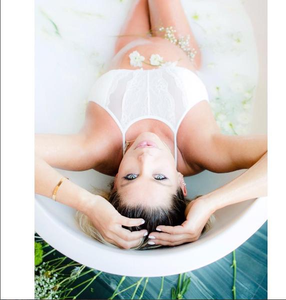 Karina Bacchi em ensaio Milk Bath (Foto: Leo Mayrinck/Instagram)
