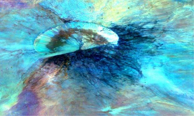 Nesta imagem foram aplicados filtros para a região da cratera Antonia, no hemisfério sul do asteroide Vesta (Foto: NASA/JPL-Caltech/UCLAMPS/DLR/IDA)