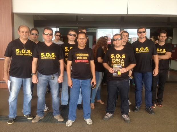 Policiais federais em protesto no aeroporto de Porto Velho (Foto: Antônio Cavalcante)
