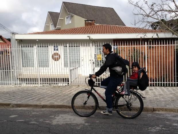 Patrício sai às 7h30 de casa para levar os filhos à escola (Foto: Thais Kaniak / G1)