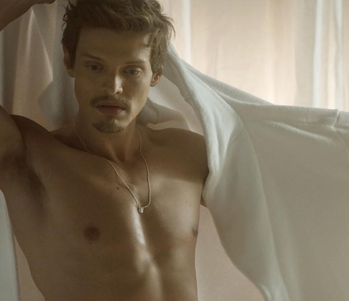 Antonio fica nu ao pedir massagem (Foto: TV Globo)