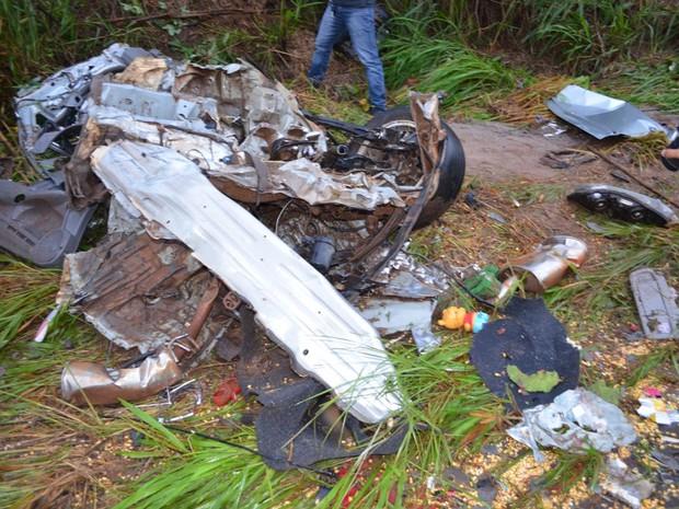Carreta passou cima de carro e cinco pessoas morreram na hora (Foto: Rogério Aderbal/ G1)