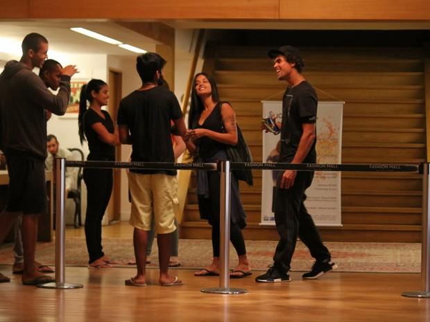 Ex-BBB Munik com Felipe Roque e Aline Riscado em shopping na Zona Sul do Rio (Foto: Ag. News)