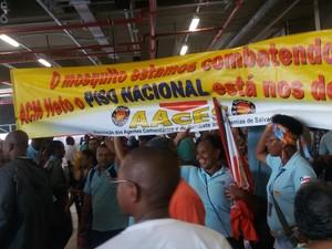 Protesto de servidores municipais durante a inauguração da nova Estação da Lapa, em Salvador (Foto: Juliana Almirante/G1)