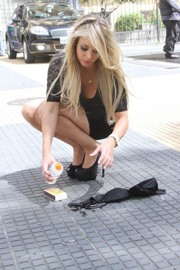 Jéssica Lopes, de lingerie, protesta em frente a secretária de educação  (Foto: Thiago Duran/AgNews)
