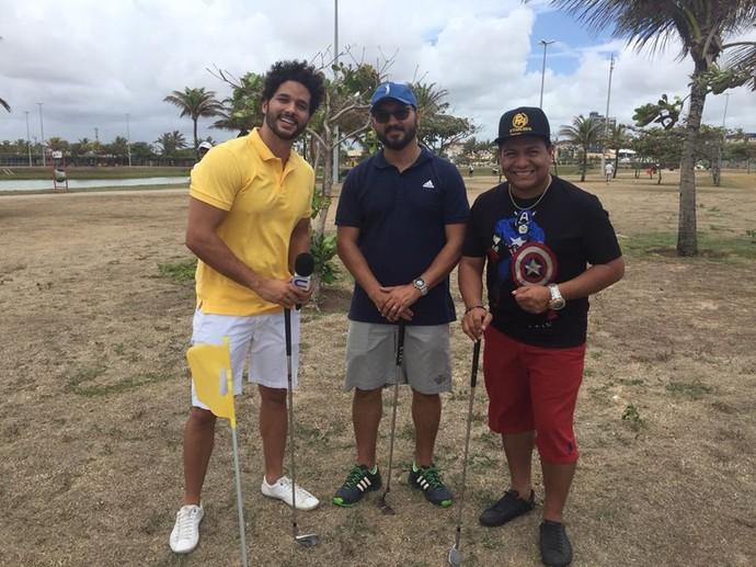 Repórter Brucce Cabral se joga no golfe com o cantor PH Cafajeste e o golfista Bruno Luciano Cirilo  (Foto: TV Sergipe)