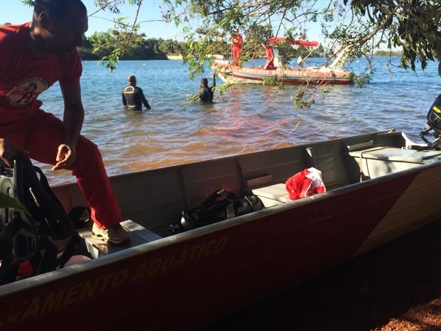 Bombeiros durante buscas a homem que se afogou no Lago Paranoá neste domingo (Foto: Corpo de Bombeiros/Divulgação)