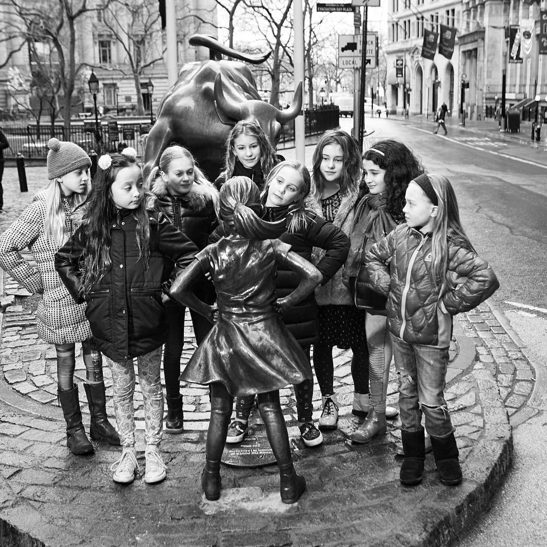 Olha que fofura todas essas garotinhas conhecendo a estátua! (Foto: Reprodução/Instagram)