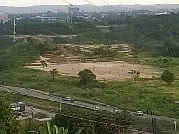 Operação foi desencadeada em campo de futebol do Ibura (Foto: Divulgação/Polícia Militar)