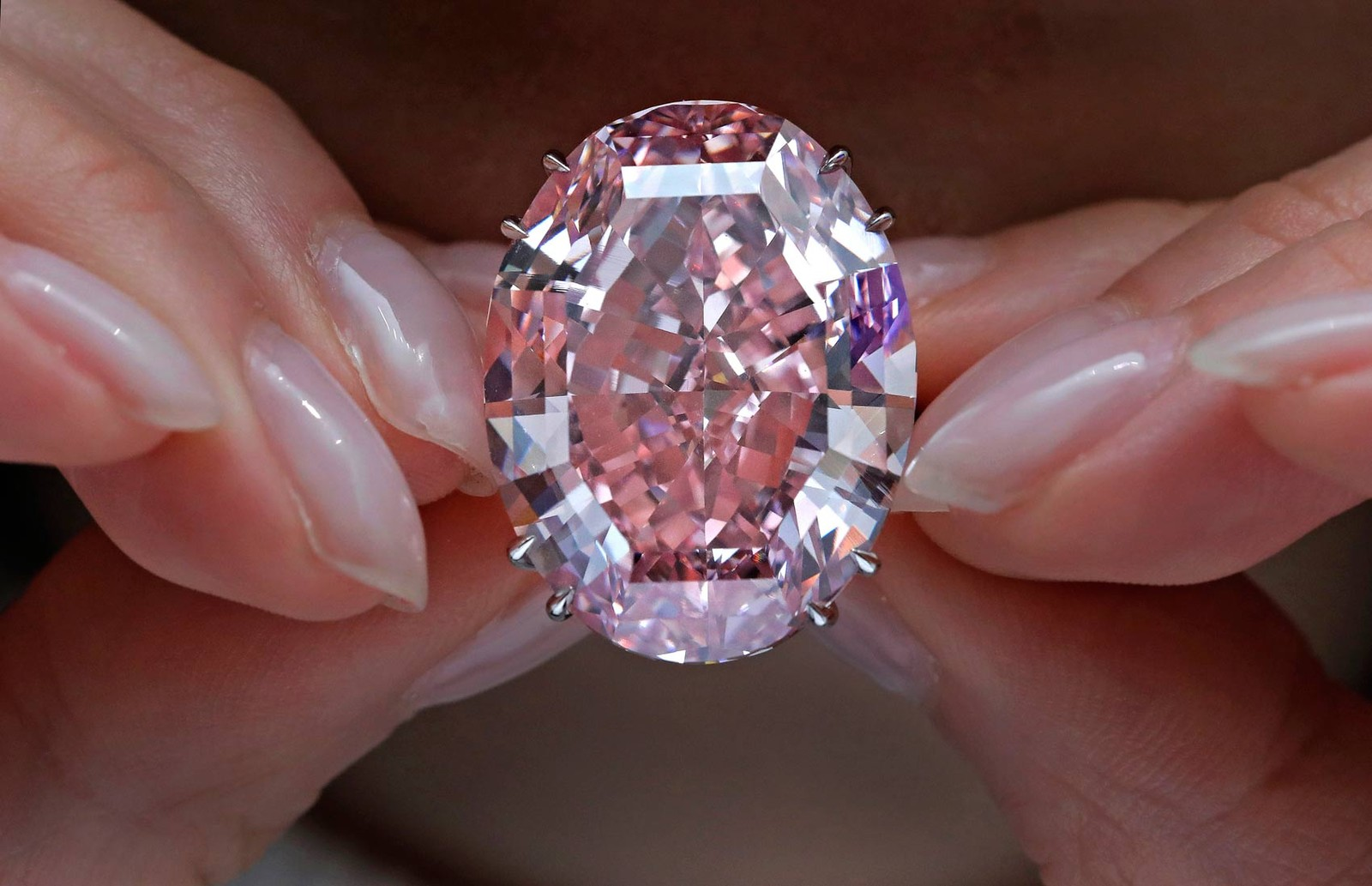 Diamante de 59,60 quilates foi a maior gema de sua categoria classificada pelo Instituto Gemológico da América (GIA) (Foto: Vincent Yu/AP)