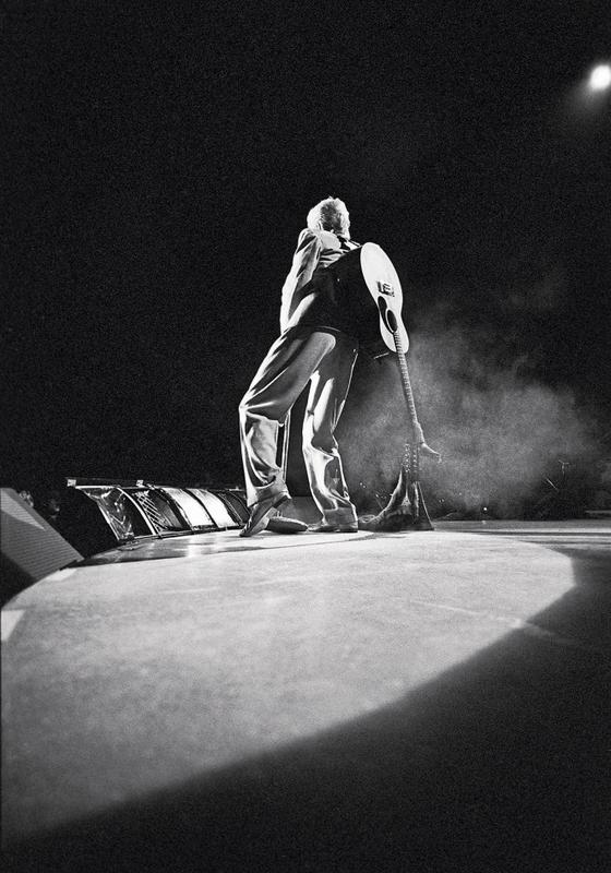 Toronto,Canadá Bowie com seu violão no palco (Foto:  Denis O'Regan)
