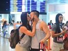 Belo e Gracyanne Barbosa trocam beijos ao embarcar em aeroporto