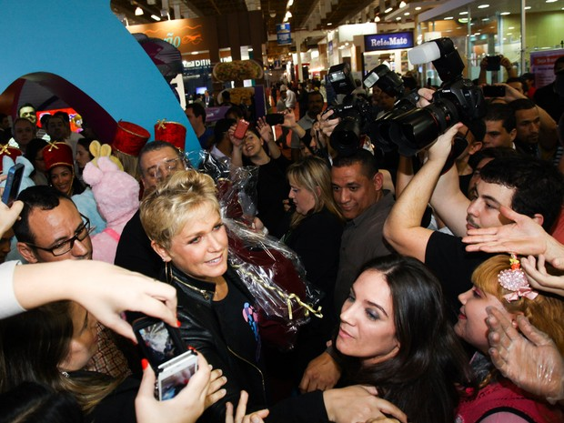 Xuxa causa tumulto em feira (Foto: Manuela Scarpa /Foto Rio News)