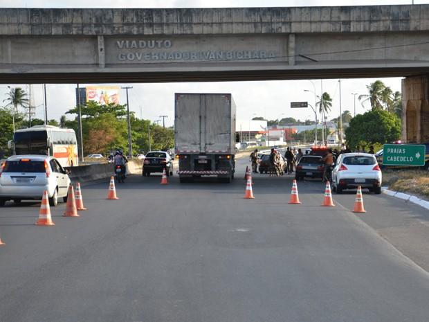 PRF faz fiscalizações nas rodovias federais que cortam a Paraíba (Foto: Walter Paparazzo/G1)