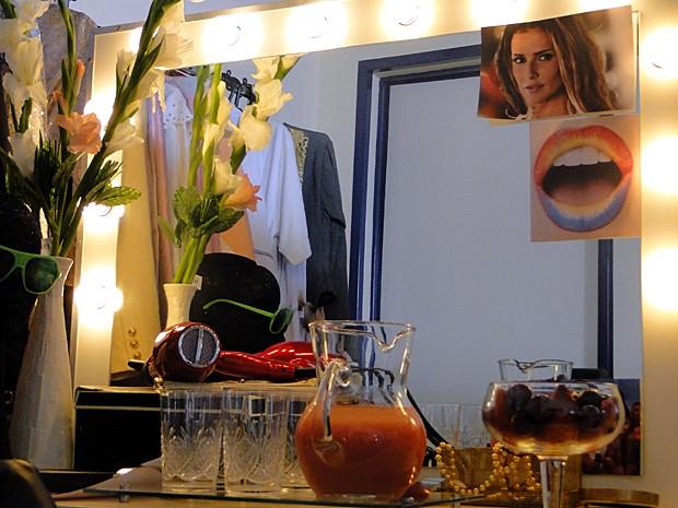 Camarim da personagem usa foto da carreira de Deborah (Foto: A Grande Família / TV Globo)