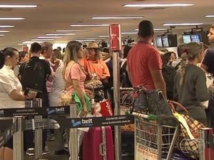 Aeroporto de Goiânia fica lotado ao receber voos desviados de Brasília (Foto: Reprodução/TV Anhanguera)
