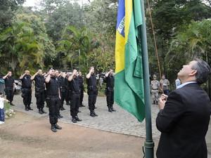 Rogério cabral participou hasteando a bandeira do Brasil (Foto: Daniel Marcus/Divulgação)