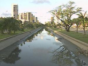 Canal da Avenida Agamenon Magalhães, no Recife, sofre com ligações de esgoto (Foto: Reprodução/ TV Globo)