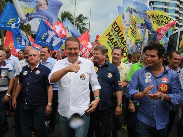 Em campanha, Eduardo Campos faz caminhada na orla de Maceió (Foto: Waldson Costa/G1)