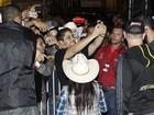 Jorge, dupla de Mateus, é assediado por dezenas de fãs após show