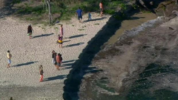 Turistas que acampavam na praia de Rainbow Beach, no Estado australiano de Queensland, foram pegos de surpresa quando um imenso buraco se abriu no meio da noite (Foto: BBC)