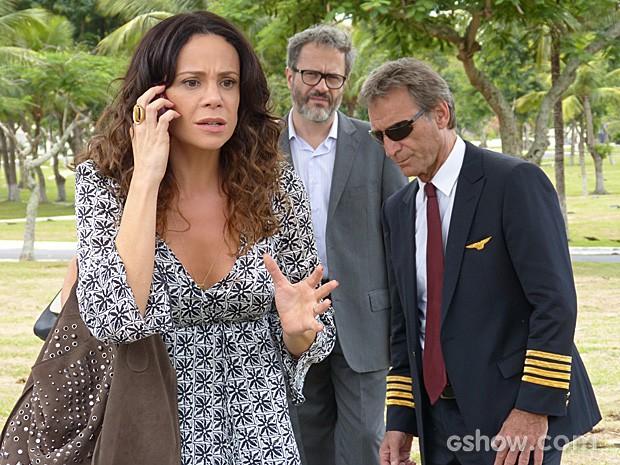 Juliana se desespera ao saber que a avó da menina apareceu (Foto: Em Família/TV Globo)