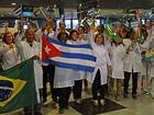 Médicos cubanos pousam no Recife, a caminho de Brasília