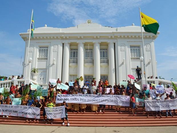 Índios protestam contra PEC no AC (Foto: Rayssa Natani/G1)
