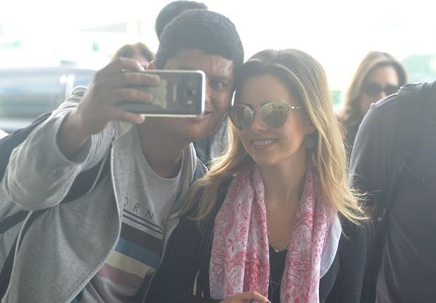 Sandy posa para selfie com fã (Foto: William Oda/AgNews)