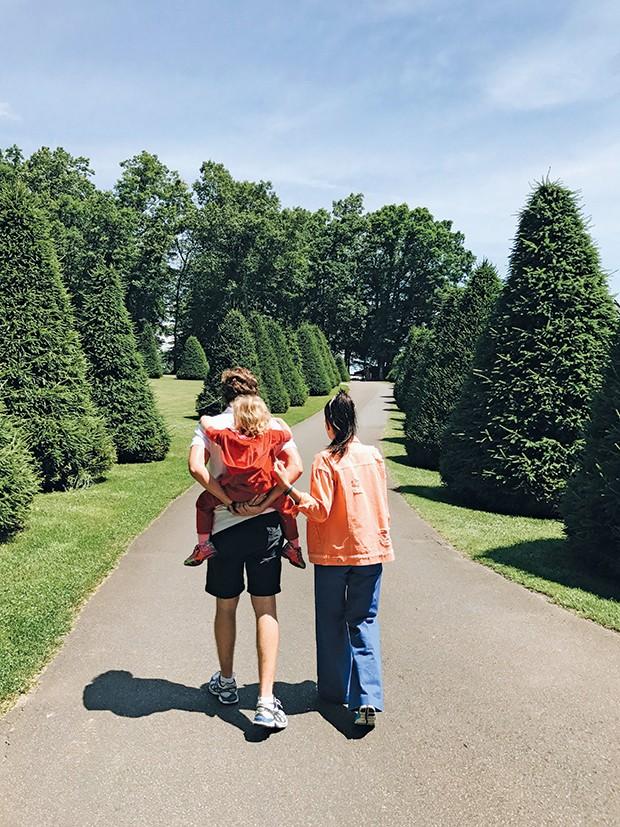 Mariah, o marido, Antônio, e a filha, Maria Antônia, percorrem a bucólica Asheville, cidadezinha com pegada country na Carolina do Norte (Foto: .)
