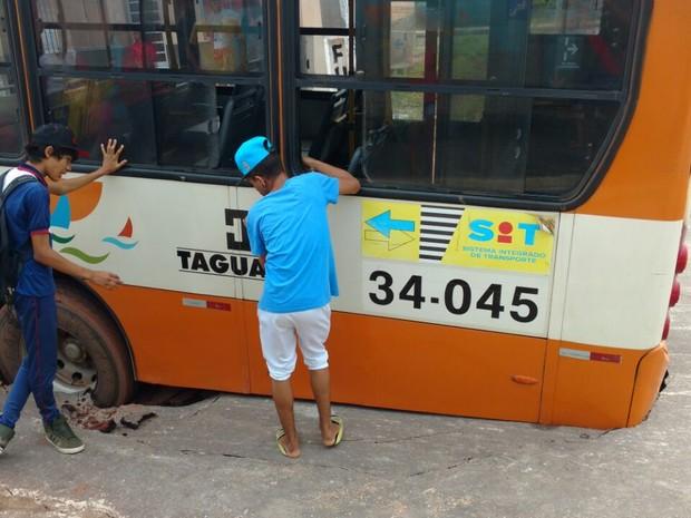 Ônibus ficou preso no local após asfalto ceder (Foto: Mike Luan)