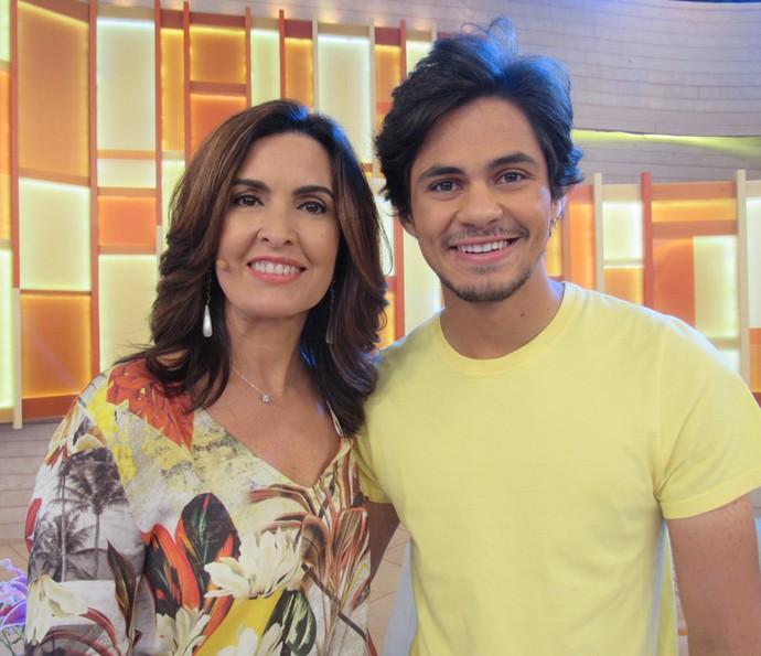 Lucas Veloso e Fátima posam nos bastidores (Foto: Priscilla Massena/Gshow)