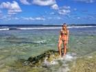 De biquíni, Fiorella Mattheis exibe barriga chapada em praia