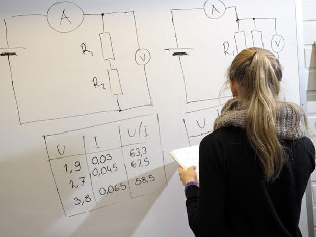 Estudante de Espoo, na Finlândia em foto de 2012, durante aula de física do nono ano do ensino básico (Foto: Heikki Saukkomaa/Lehtikuva/AFP)