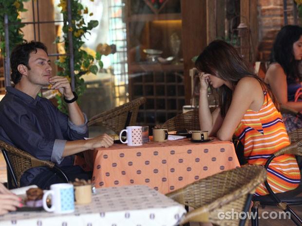 Luiza não esconde a irritação com Laerte (Foto: Carol Caminha/TV Globo)