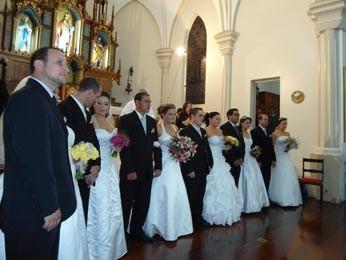 Noivos receberam cerca de 400 convidados na igreja (Foto: Fábio Lehmen/RBS TV)