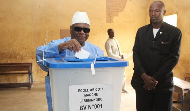 Presidente do Mali, Ibrahim Boubacar Keita, vota em Bamako neste domingo (15). (Foto: Habibou Kouyate/AFP)