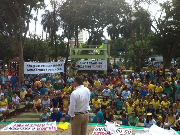 Manifestantes ficaram em uma praça em Araçatuba (Foto: Pollyana Moda/TV TEM)