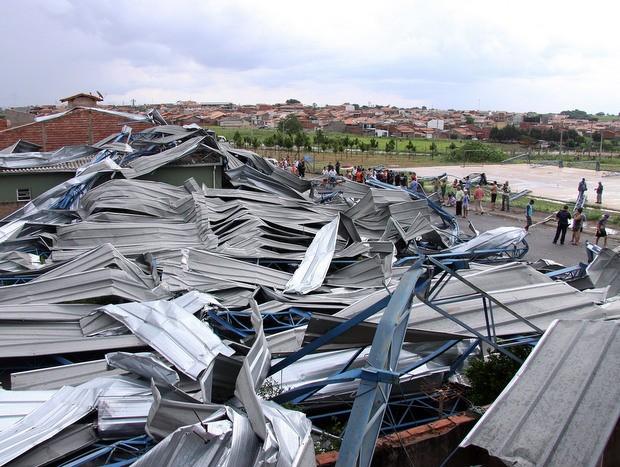 Quadra de escola de Nova Odessa é destruída com vendaval (Foto: Osnei Restio/Prefeitura)