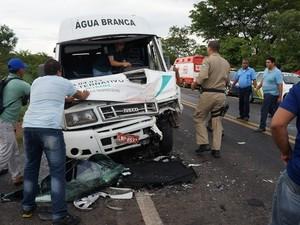 Van envolvida em acidente na BR-316 no Piauí (Foto: Misael Lima/MPiauí.com)