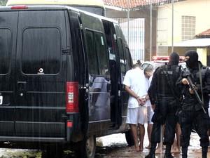 Presos vindos de Nova Cruz chegam ao presídio de Alcaçuz para a transferência (Foto: Felipe Gibson/G1)